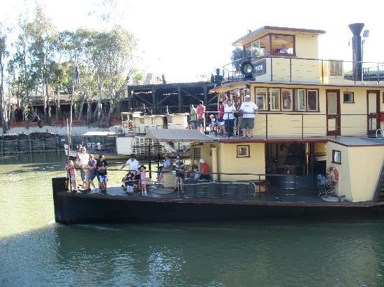 Moama, Australië: A paddle steamer