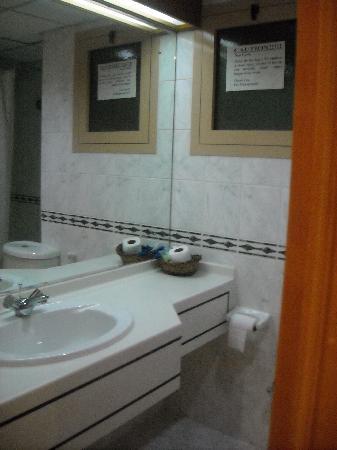 Dolphin Hotel Apartments : bathroom