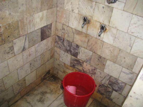 Ooty Gate Hotel: Pathetic Bathroom