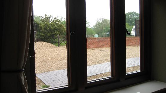 Upper Neatham Mill Farm Guest House: Out the window at the parking lot