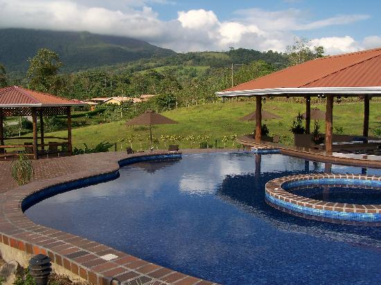 Arenal Manoa Hotel : same pool, different view