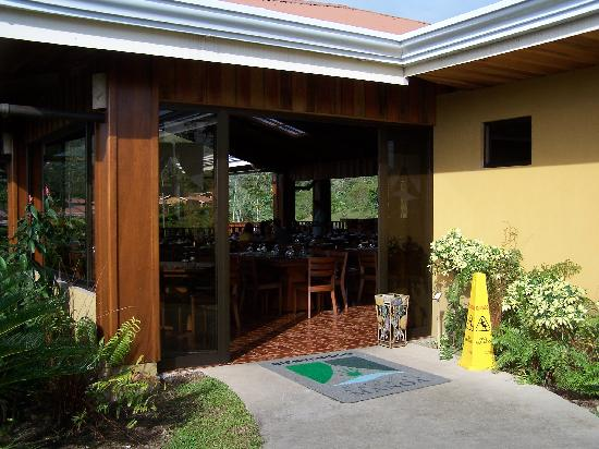 Arenal Manoa Hotel: entrance to restaurant