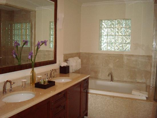 Seven Stars Resort: The Bathroom
