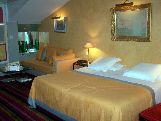 Hotel Cambon: King Bed, sofa and coffee table
