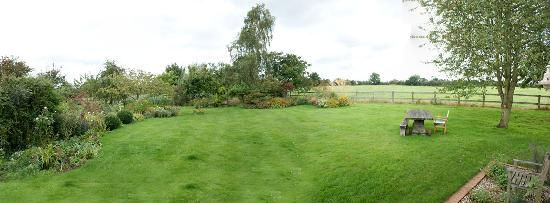 Field Farm Cottage: a panorama look at the back garden