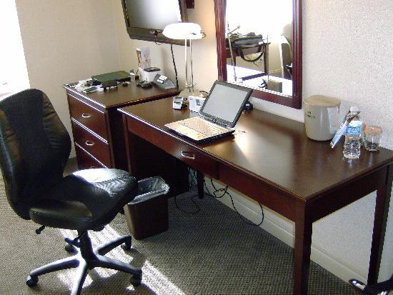 Sandman Hotel Calgary City Centre: Very comfortable desk.