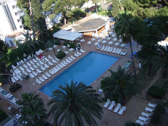 Hotel Riu Playa Park: La première piscine vue de notre chambre
