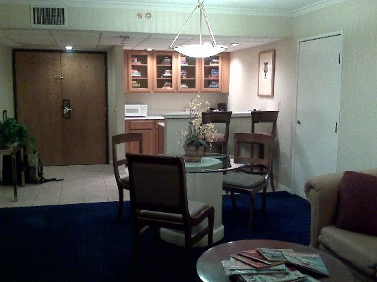 Radisson Ontario Airport: Dining room and full mini bar