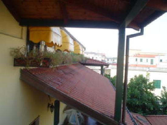 Hotel Grillo Verde: dalla finestra della camera- il terrazzo
