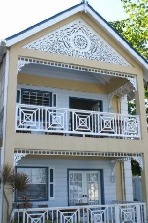 Villa Beach Cottages : Front of Villa Beach Cottage