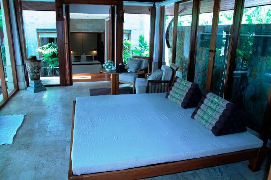 นาคามันดา รีสอร์ท แอนด์ สปา: Nakamanda resort jacuzzi villa living room