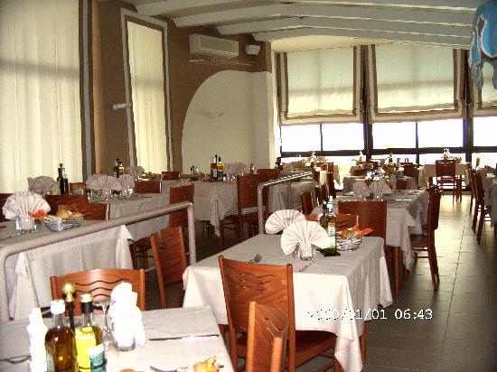 Manila Hotel: Speisesaal mit Meerblick