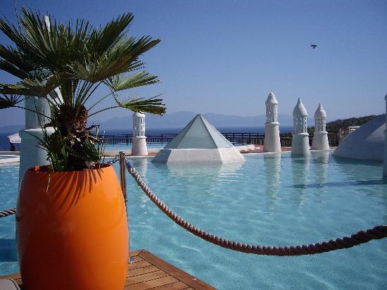 Kempinski Hotel Barbaros Bay: Pooldeck mit den unglaublichsten Farben