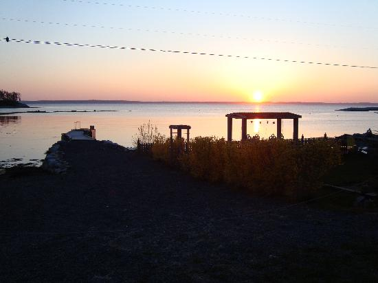 The Flying Dutchman Bed & Breakfast: Sunset from the Flying Dutchman - seating area to the right