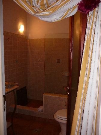 Bloomers-Salta Bed & Brunch: Bloomers B&B - roomier bathroom in Cuarto 3