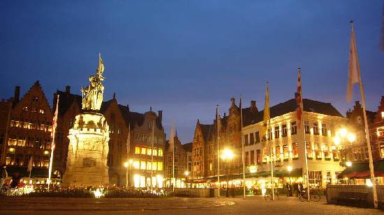 Walwyck Hotel Brugge: Night shot of Market Square