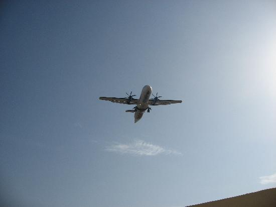 U Suites Eilat: Picture Taken from our Balcony - See how close the Planes fly over - scary