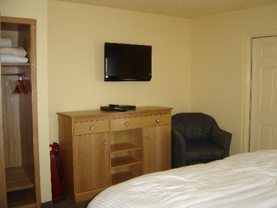 Ocean Key Resort: Bedroom dresser and flat screen t.v.
