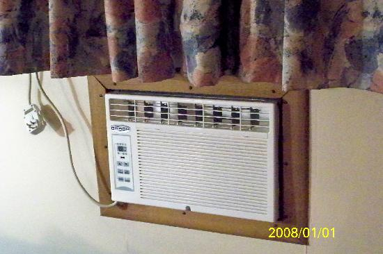 Majer's Motel: Old A/C.. Unknow if it even works!