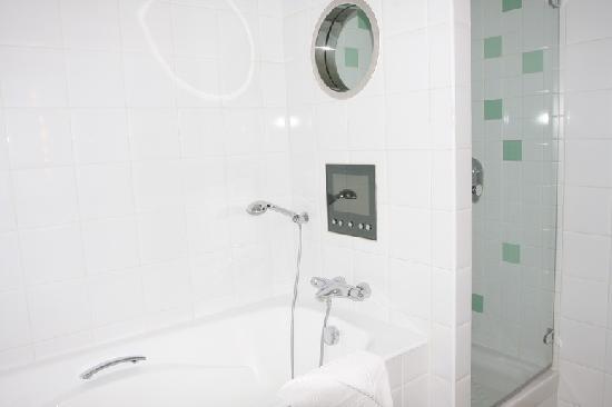 ฮิลตัน ปารีส ลา เดฟ็องส์: Shower and bathtub