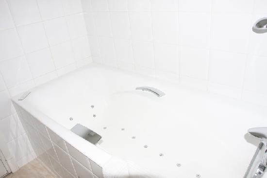 ฮิลตัน ปารีส ลา เดฟ็องส์: Bathtub