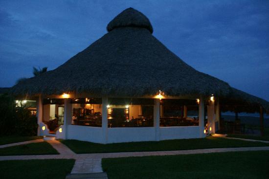 Dos Mundos Pacifico: restaurant at nights