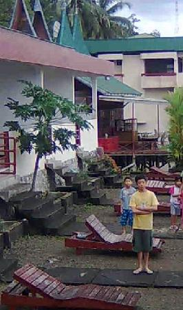 Maninjau, Indonesien: The open courtyard that faces the lake on the right. White buildings on the left are the rooms.