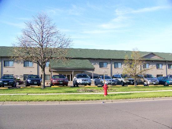 Grand Inn Fargo: The hotel from the outside
