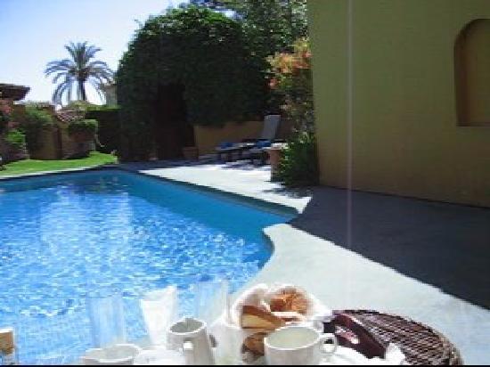 Albero Lodge: Desayuno en la piscina 2