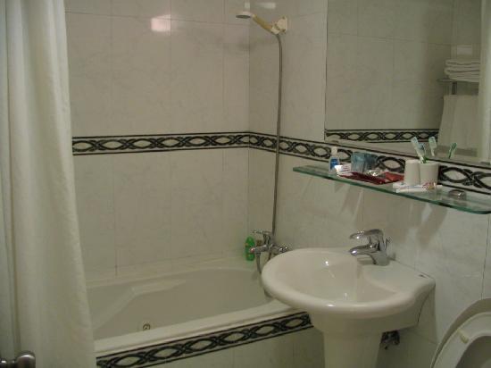 Shin Shih Hotel: the bathroom