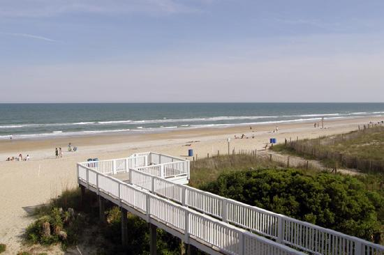 Silver Gull Motel: View from balcony to the beach