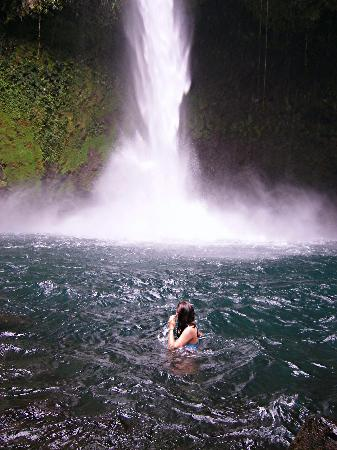 ‪ارينال جرين: A morning swim at La Fortuna Waterfall‬