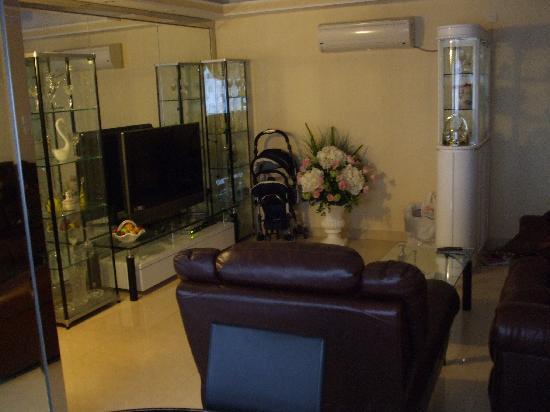 Lucky Hostel: living room