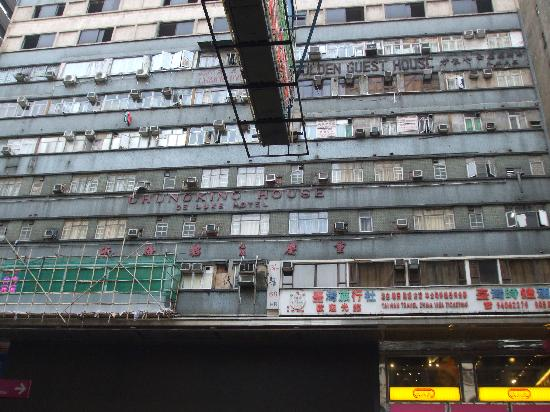 Lucky Hostel: chung king mansions exterior view