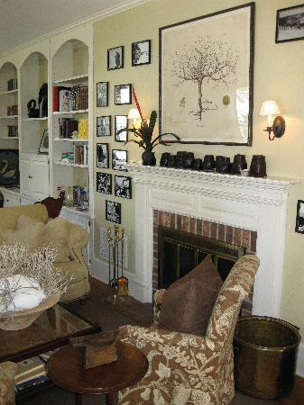Whistling Swan Inn: Cozy Lobby with fireplace