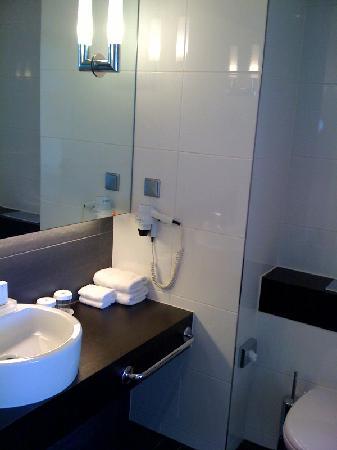 Hilton Helsinki Kalastajatorppa: Bathroom