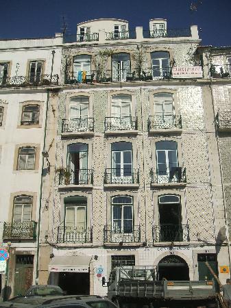 Hostel B. Mar: Fachada, donde están colgadas las toallas es el piso de la pensión.