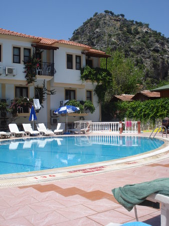 Karbel Beach Hotel: The pool area.