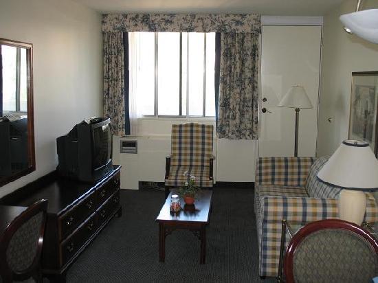 Residence Inn Montreal Westmount: Salon et porte vers le balcon
