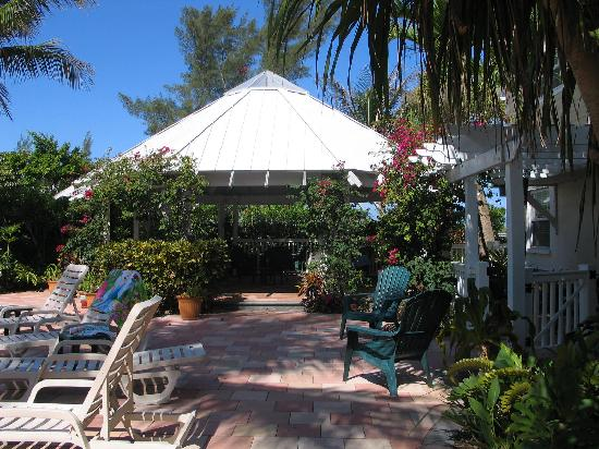 Tropic Isle Beach Resort: Gazebo, pool area, nice to get out of sun, meet friends and have lunch or snack!