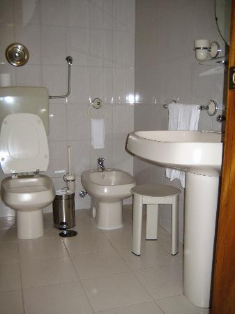 Hotel Dona Sofia: The bathroom