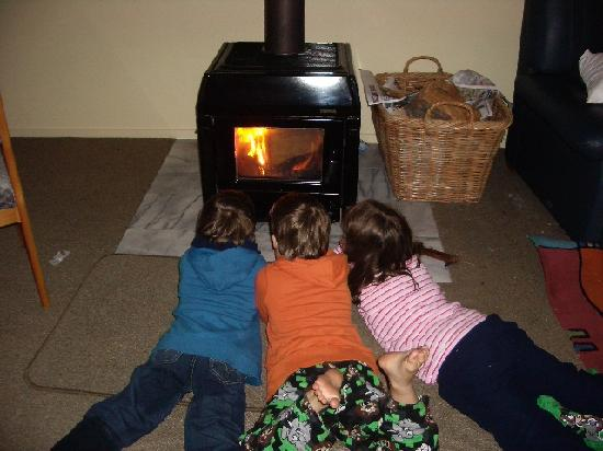 Spinnaker Bay Apartments: Kids enjoyed the open fire