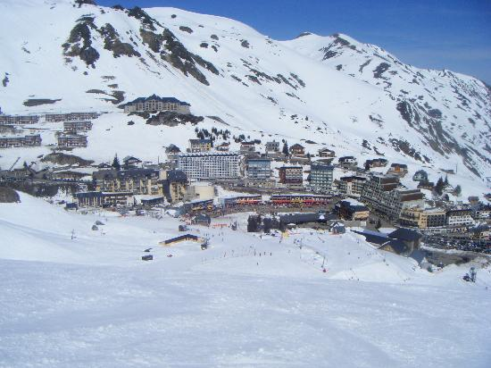 "Campan, Frankrike: La Mongie ski station from ""Pain de Sucre"" run"
