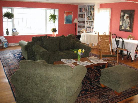 Woods Hole Passage Bed & Breakfast Inn: cozy livingroom with beautiful views of garden