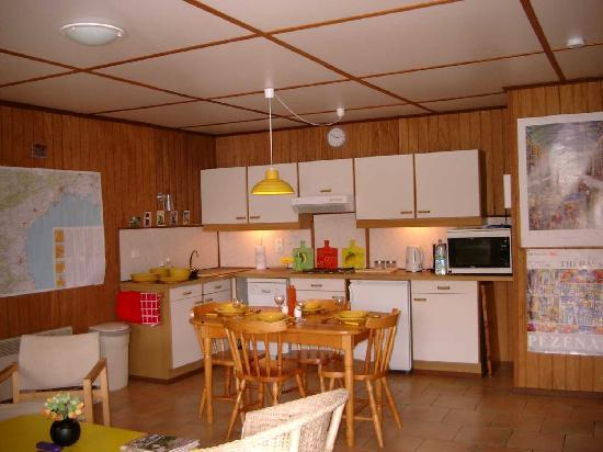 Portiragnes, Francia: kitchen & dining area