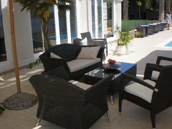 Hotel Bozica: sitting area by the pool