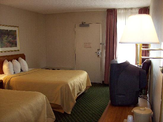 Quality Inn: Beds comfortable, table & chairs, TV
