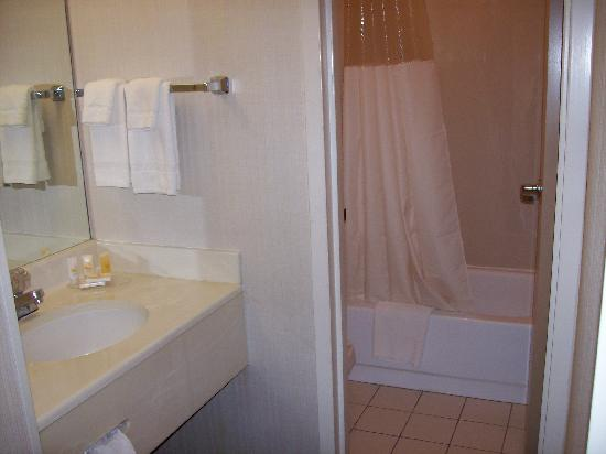 Quality Inn: Tiny tub & toilet area. Sink in separate dressing area