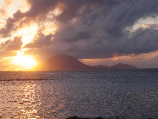 Golden Lemon Inn and Villas: Sunset over Statia from our deck