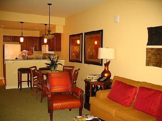 Wyndham La Cascada: Living/Dining Room
